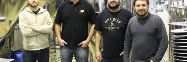 Sócios-proprietários da Bier Markt e da Way Beer, na fábrica da cervejaria paranaense